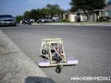 Auto radiocomandata costruita con pezzi di un aeromodello